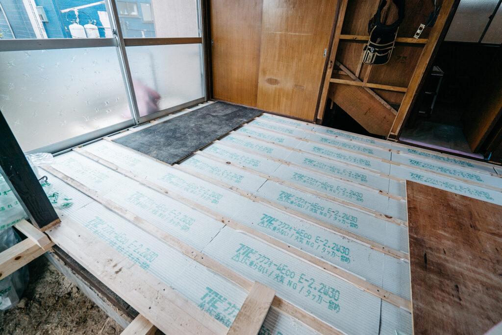 床下を組み替えて断熱材をいれたら根太を組む