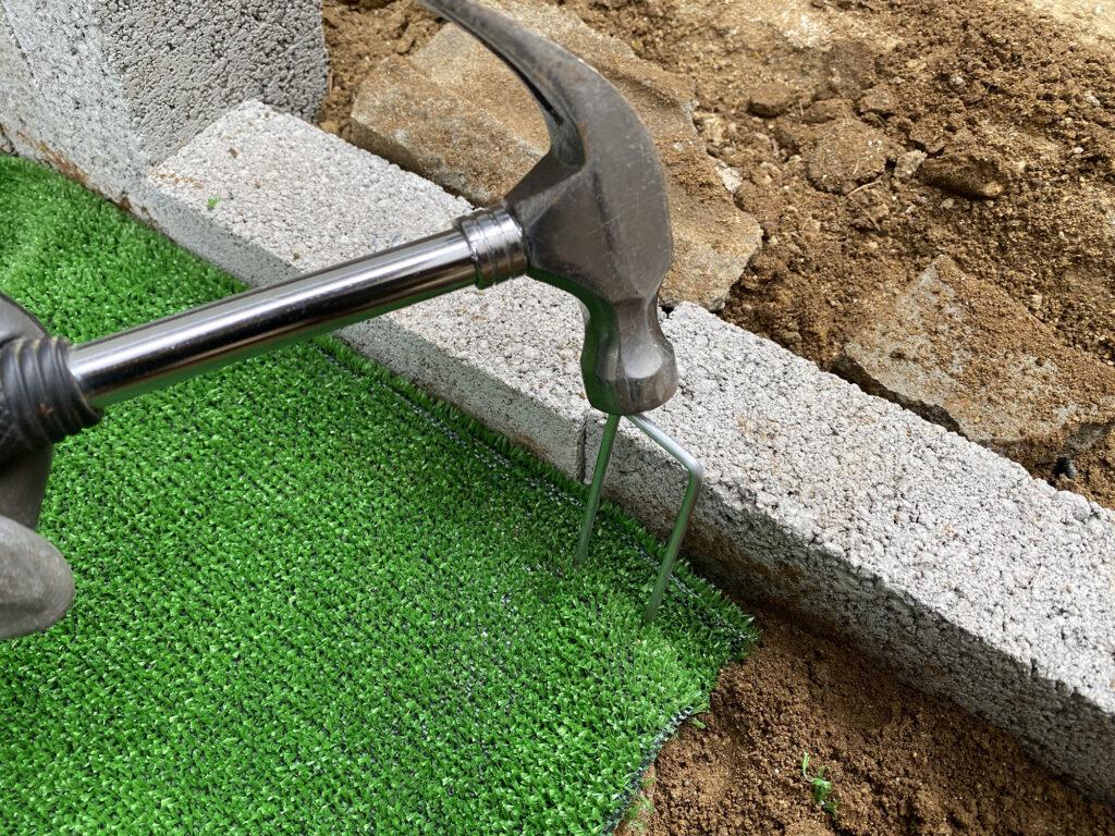人工芝をとめるピン