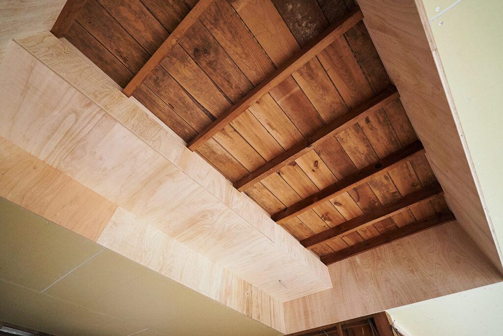 2階の構造をむき出しにした天井