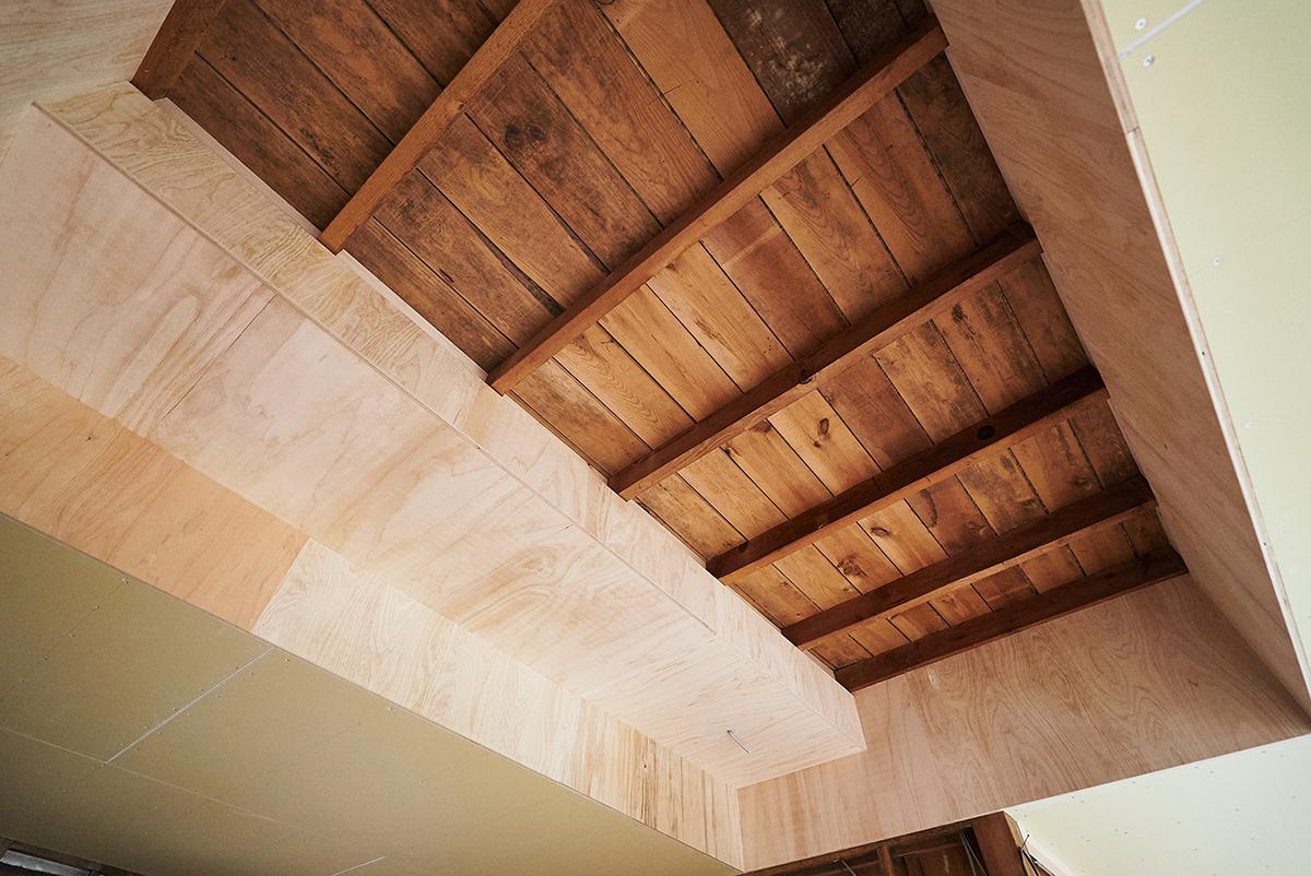 構造を見せた天井