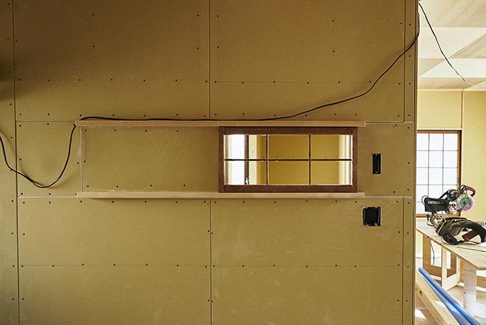 廃材の欄間を小窓に変える